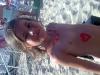 bambina in spiaggia che gioca a gabicce mare